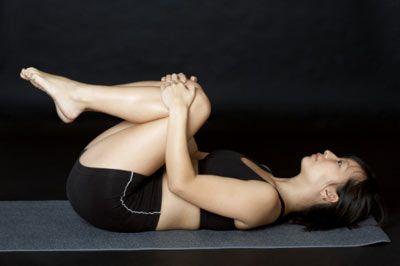 4- Bu hareket için yere otur ve ellerinle bacaklarının alt kısmını kavra. Gövdeni tıpkı mekik çeker gibi ileri geri hareket ettir. Özellikle kalça ve arka bacak için son derece etkili olan bu egzersizi, en az 30 kez yapman gerekir.